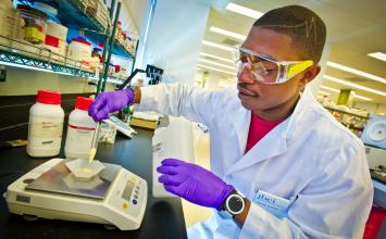 7 Tips Agar Tetap Sehat dan Selamat Saat di Laboratorium Kimia