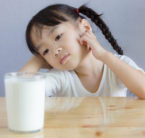 Anak Mengalami Intoleransi Laktosa? Baca Ini Sebelum Mengeleminasi Semua Produk Susu!